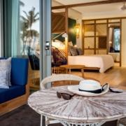 Blick von der Terrasse in ein Zimmer im 4-Sterne adult-only Hotel Victoria For 2 auf Mauritius.