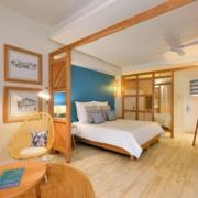 Innenaufnahme eines Zimmers mit Doppelbett und Sesseln im 4-Sterne adult-only Hotel Victoria For 2 auf Mauritius.