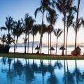Der Pool mit Blick auf das Meer in der Abendstimmung im 4-Sterne adult-only Hotel Victoria For2 auf Mauritius.