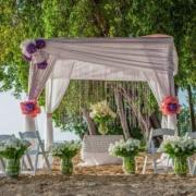 Geschmueckter Hochzeitspavillion am Strand im 4-Sterne Plus Hotel The Waves Hotel & Spa auf Barbados.