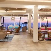 Lobby mit Meerblick im Sonnenuntergang im 4-Sterne Plus Hotel The Waves Hotel & Spa auf Barbados.