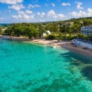 Luftaufnahme Hotel und Strand im 4-Sterne Plus Hotel The Waves Hotel & Spa auf Barbados.