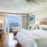 Innenansicht eines Zimmers mit Meerblick im 4-Sterne Plus Hotel The Waves Hotel & Spa auf Barbados.