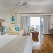 Innenansicht einer Oceanfront Junior Suite im 4-Sterne Plus Hotel The Waves Hotel & Spa auf Barbados.