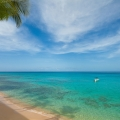 Der Strand mit azurblauem Wasser im 4-Sterne Plus Hotel The Waves Hotel & Spa auf Barbados.