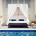 Doppelliege am Loungepool im 4-Sterne Plus Hotel The Waves Hotel and Spa auf Barbados.
