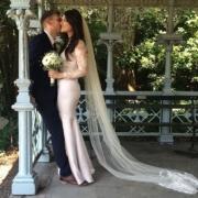 New York Hochzeit im Ladies Pavillion, ein frisch verheiratetes Brautpaar. Die Braut traegt ein langes Brautkleid mit bodenlangem Schleier und einen Brautstrauss.