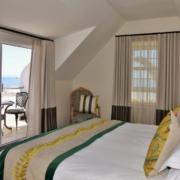 Blick von Doppelbett und dem Balkon einer Balcony Suite im 4-Sterne Hotels Winchester Mansions, in Kapstadt.