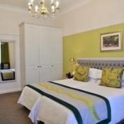Innenansicht eines in gruen gehaltenen Classic Rooms im 4-Sterne Hotels Winchester Mansions, in Kapstadt.