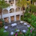 Der Innenhof des 4-Sterne Hotels Winchester Mansions, in Kapstadt mit Tischen.