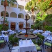 Der Innenhof des 4-Sterne Hotels Winchester Mansions, in Kapstadtwartet auf Fruehstuecksgaeste.