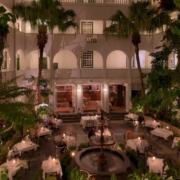 Dekorierte Tische für eine Abendveranstaltung im Innenhof des 4-Sterne Hotels Winchester Mansions, in Kapstadt.
