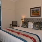 Doppelbett in einer Junior Suite im 4-Sterne Hotel Winchester Mansions, in Kapstadt in Suedafrika.
