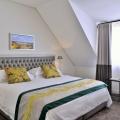 Innenansicht eines Modern Classic Bedrooms mit Meerblick im 4-Sterne Hotel Winchester Mansions, in Kapstadt in Suedafrika.
