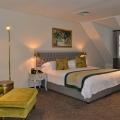 Doppelbett in einer Modern Junior Suite mit Meerblick im 4-Sterne Hotel Winchester Mansions, in Kapstadt in Suedafrika.