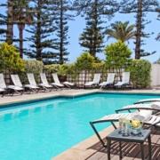 Pool mit Liegestuehlen im 4-Sterne Hotel Winchester Mansions, in Kapstadt in Suedafrika.
