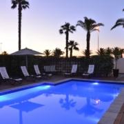 Der Pool bei Nacht im 4-Sterne Hotel Winchester Mansions, in Kapstadt in Suedafrika.
