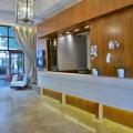 Die Rezeption mit weissen Orchideen im 4-Sterne Hotel Winchester Mansions, in Kapstadt in Suedafrika.
