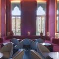 Elegente in rot und weiss eingerichtete Bar im 4-Sterne Centurion Palace Hotel in Venedig.