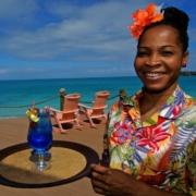 Cocktail wird von laechelnder Bedienung im im 4-Sterne Galley Bay Resort und Spa auf Antigua serviert.