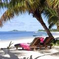 Zwei Liegen am weissen Sandstrand im 3-Sterne Plus Hotel Indian Ocean Lodge auf der Insel Praslin, Seychellen.