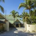 Eingang des 3-Sterne Plus Hotels Indian Ocean Lodge auf der Insel Praslin, Seychellen.
