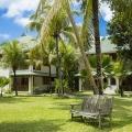 Aussenaufnahme der Wohngebaeude im 3-Sterne Plus Hotel Indian Ocean Lodge auf der Insel Praslin, Seychellen.