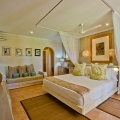 Innenaufnahme Zimmer mit Doppelbett im 3-Sterne Plus Hotel Indian Ocean Lodge auf der Insel Praslin, Seychellen.