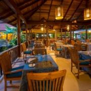 Das Restaurant am Abend im 4-Sterne Hotel Le Duc de Praslin, auf den Seychellen.