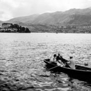 Boot mit Hochzeitspaar auf dem Ortasee.