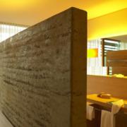 Badezimmer eines Zimmers im 5-Sterne Hotel Vigilus am Vigiljoch bei Meran.