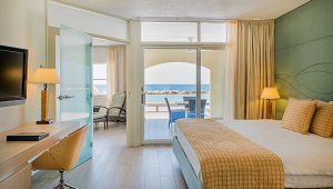 Schlafzimmer mit Terrasse und Blick auf das Meer in einem Apartement im 4-Sterne Avila Beach Hotel auf Curacao.