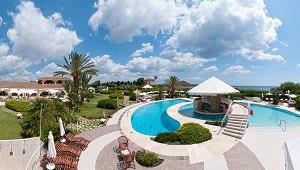 Aussenanlage mit Pool im 4-Sterne Hotel Baia di Nora in Pula auf Sardinien.
