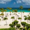 Strand von oben fotografiert im 4-Sterne Plus Hotel Bucuti & Tara Beach Resort,