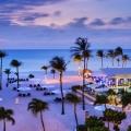 Restaurant und Strand von oben aus gesehen im 4-Sterne Plus Hotel Bucuti & Tara Beach Resort am Abend.