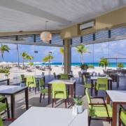 Blick ins Restaurant und auf den Strand im 4-Sterne Plus Hotel Bucuti & Tara Beach Resort.
