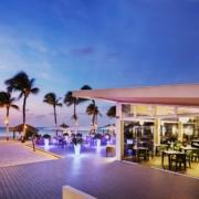 Restaurant und Terrasse am Abend im 4-Sterne Plus Hotel Bucuti & Tara Beach Resort