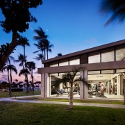 Blick in das Fitnesscenter von aussen im Sonnenuntergang im 4-Sterne Plus Hotel Bucuti & Tara Beach Resort.