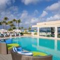 Pool mit Liegemuscheln im 4-Sterne Plus Hotel Bucuti & Tara Beach Resort.