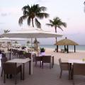 Terrasse des Restaurants bei Sonnenuntergang im 4-Sterne Plus Hotel Bucuti & Tara Beach Resort.