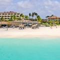 Gesamtansicht des 4-Sterne Plus Hotel Bucuti & Tara Beach Resort vom Strand aus betrachtet.