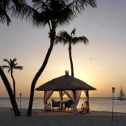 Pavillion im Sonnenuntergang mit gedecktem Tisch fuer ein romantisches Abendessen v