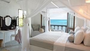 In weiss und grau eingerichtete Villa im 4-Sterne Hotel Chuini Zanzibar Beach Lodge.