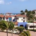 Wehende Fahnen am Eingangsbereich im 4-Sterne Plus Hotel Bucuti & Tara Beach Resort.