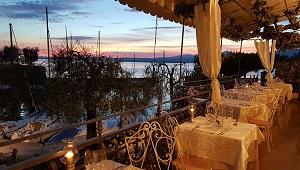 Beleuchtete Terrasse mit Blick auf den See im 3-Sterne Hotel Gardesana am Gardasee.