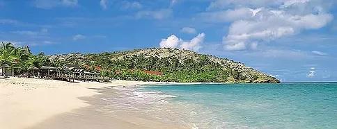 Blick über den Strand auf das 4-Sterne Galley Bay Resort & Spa in Antigua.