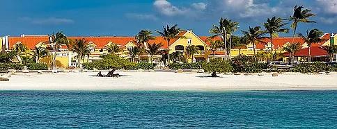 Blick vom Strand auf das 4-Sterne Hotel Amsterdam Manor Beach Resort in Aruba. Heiraten in der Karibik.