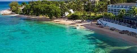 Luftaufnahme Hotel und Strand im 4-Sterne Plus Hotel The Waves Hotel und Spa auf Barbados.