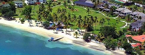 Luftaufnahme der Anlage und des Strands des 4-Sterne The Calabash Hotel auf Grenada.