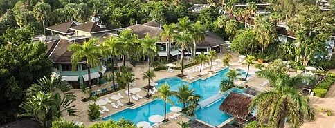 Aufnahme von oben auf den Pool und die Gebäude im 4-Sterne Hotel Couples Negril auf Jamaica.